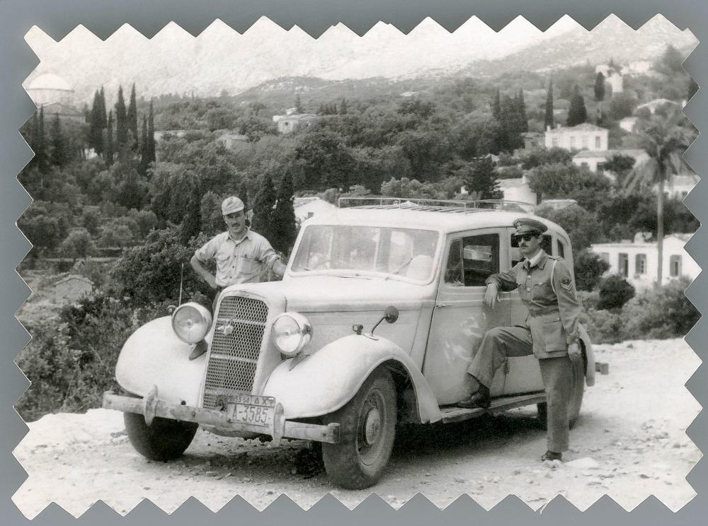 Ο Ζαχαρόγιαννος με το ταξί του στον Άγιο Κήρυκο. 1953