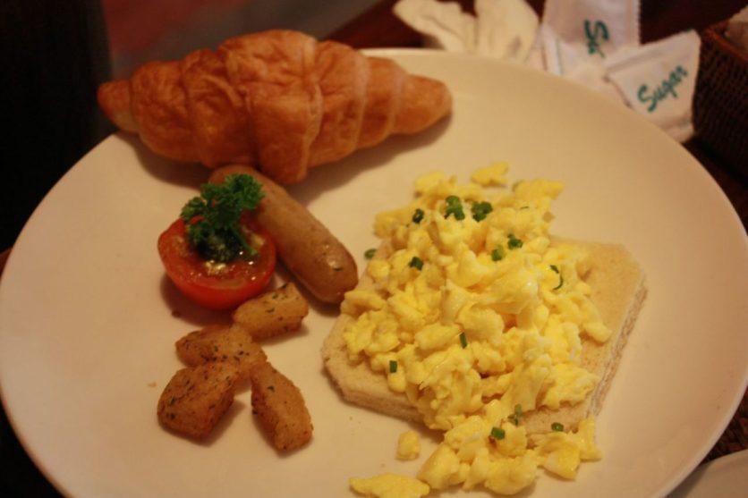 Ovos medidos, croissant e embutido