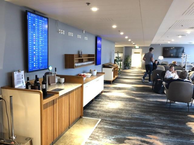 Lounge-Bereich mit Getränkestation und Obst  in der SAS Gold Lounge Flughafen Kopenhagen Kastrup