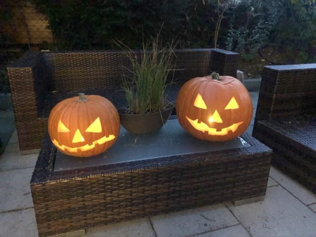 Es wurden sogar zwei Halloween Kürbisse
