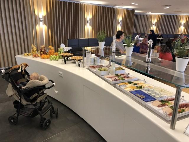 Teil des Buffet in der Airport Lounge World, München Terminal 1