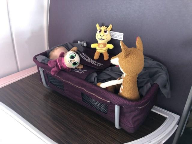 Vic schlummert im Baby Bassinet und die Stofftiere passen auf