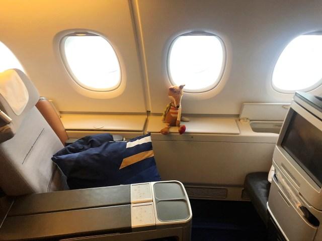 Große Staufächer am Fensterplatz im Airbus A380 Lufthansa Business Class