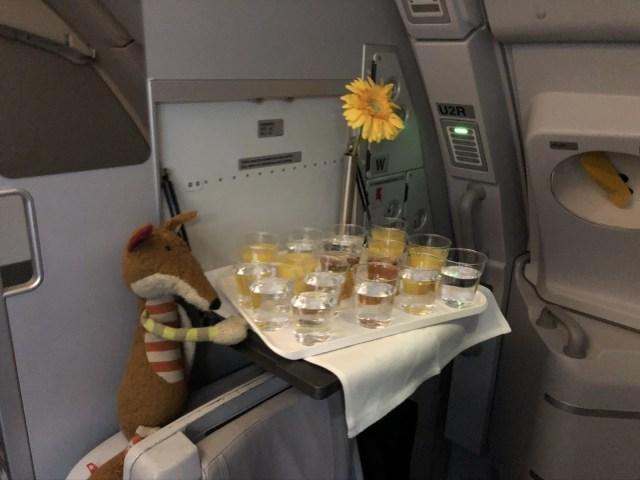 Orangensaft und Wasser im Entertainment Programm im  Lufthansa Airbus A380 Business Class