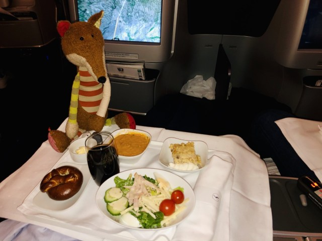 Suppe und Salat vor der Landung im Lufthansa Airbus A380 Business Class San Francisco