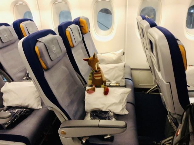 Sitz mit Kissen und einer Decke - Sitzreihen in der Lufthansa Airbus A380 Economy Class
