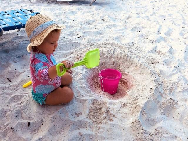 Spielen im Sand auf Marco Island, Florida