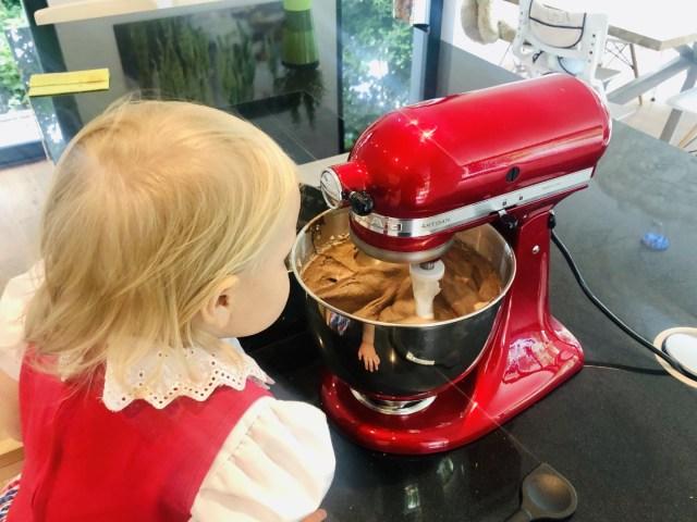 Die KitchenAid  Artisan mischt geschmeidig auf unterer Stuf