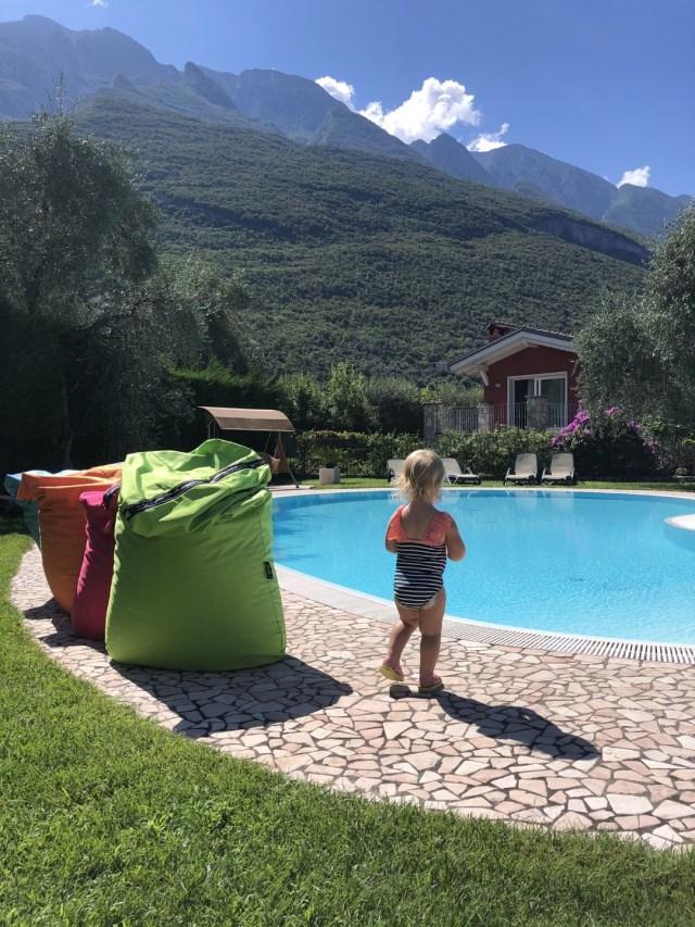 Mein Pool im Hotel mit Blick auf den Monte Baldo