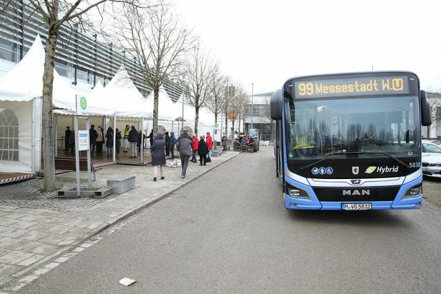 Es gibt Shuttle-Busse von der U-Bahnstation Messe-Ost zum Impfzentrum