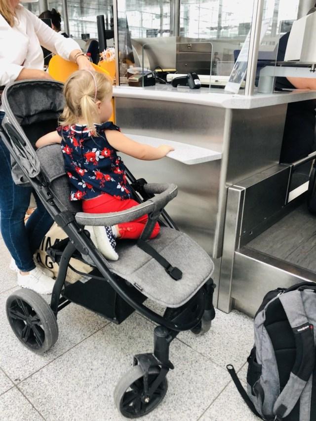 Kofferabgabe und Check-in im Terminal 2 am Flughafen München