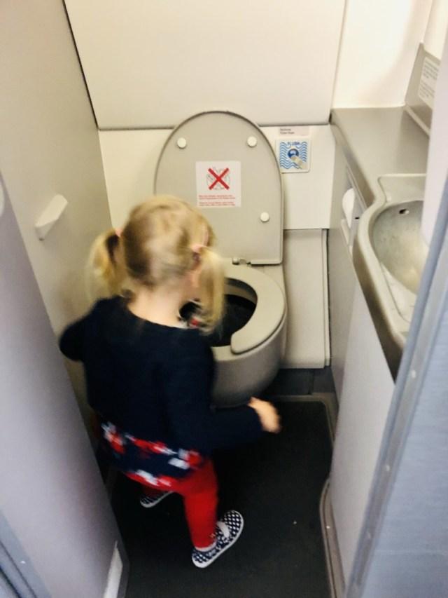 Die Flugzeugtoilette ist nicht besonders schön, aber sauber