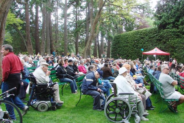 야외 공연 무대에서 여름 철 주말 마다 'Stage in the Park'행사가 열린다.
