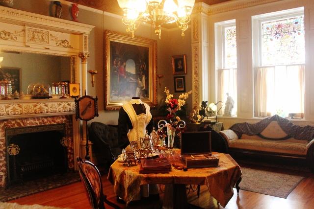 1890년~1900년 당시의 사치스러운 빅토리아 양식의 가구들로 채워진 실내.
