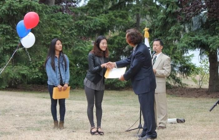 한인장학회의 장학금을 받고 있는 유은빈(우), 송지연 학생