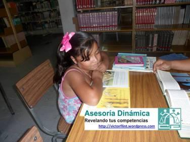 Yazmín Abril, estudiante de la Primaria leyendo en familia.