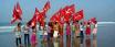 Niños izando la bandera roja. Guerra Popular India.