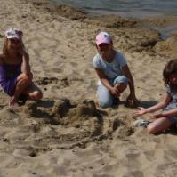 Beau, Joyce en Lieve maken een zandkasteel