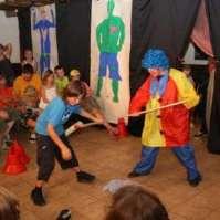 Clowns-act tijdens bonte avond