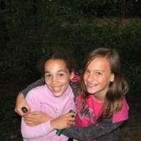Calina en Sophie hebben lol in het donkere bos
