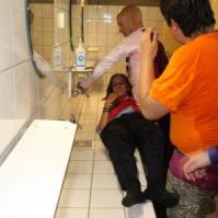 Charles doopt Naomi