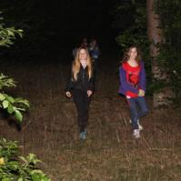 Joyce en Lieve in het bos