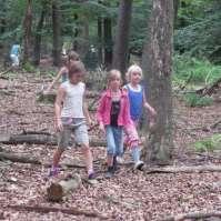 Op zoek naar hout voor de hut: Fay, Maria en Benthe