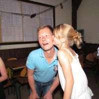 Sofie geeft Arnold een kusje tijdens de La Bamba