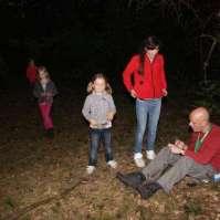 Michel als post in het donkere bos
