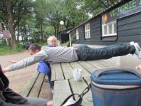 Roeland probeert mee te doen aan de planking-rage