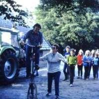 Wim op de vreemde fiets, Riet helpt een handje