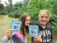 Mirjam en Lotte laten hun kaartje zien