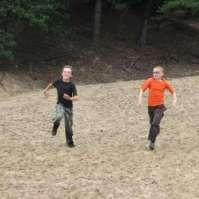 Sven en Bart rennen de berg af