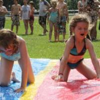 Lieke en Lara op de waterglijbaan