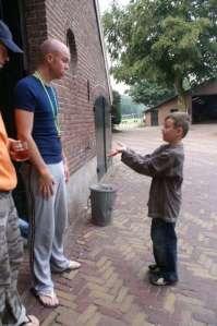Sven laat zien dat hij zijn handen heeft gewassen