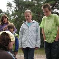 Leonie, Kelvin, Charlotte en Richard luisteren naar de nieuwe opdracht van Laury