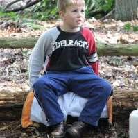 Giovanni rust even uit op een omgevallen boom