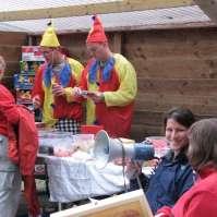 De clowns Leon en Steven verkopen de snoepjes