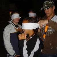 Roeland blinddoekt Demi voor de dropping