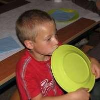 Joshua kan bijna niet wachten tot hij aan de beurt is om eten te gaan opscheppen