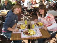 Omdat ze de enige 14-jarige was, mocht Kelly uit eten met Rinske