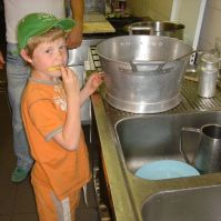 Milan snoept patatjes in de keuken