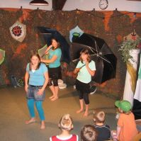 Bente, Manon en Leonie playbacken Umbrella