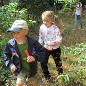 Tim en Valerie door de bosjes op weg naar de post