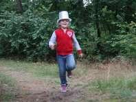 Kim tijdens de rode draad in het bos