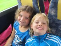 Lara en Jessie in de bus