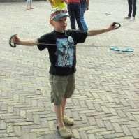 Tim aan het spelen op het plein