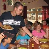 Karel deelt pannenkoeken uit