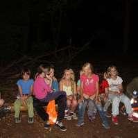 De kinderen t/m 9 jaar in het donker in het bos