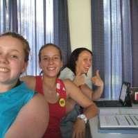 Jodie, Naomi en Niki achter de tafel